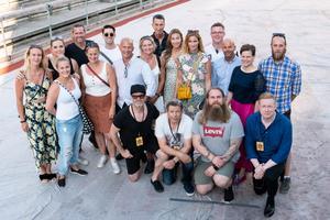 Gruppfoto i Stockholm Stadion med vip-gäster, artister och turnépersonal. Foto: Dennis Erixon