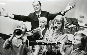 Bild från Sundsvalls Musikskola 1967. Läraren Malte Pettersson med elever. Bild: Kent  Hult/STarkiv