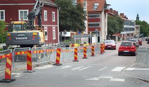 Den upphöjda gång- och cykelöverfarten vid Vallbacksgatan/Vallongatan ersätts med busskuddar, en typ av farthinder som föredras av både bussförare och räddningstjänst.
