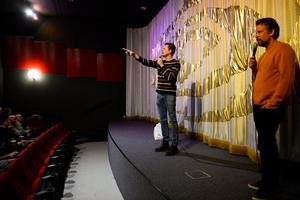 Innan filmen drog i gång körde tv-profilerna ett quiz med publiken.