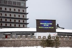 Den digitala reklamskylten står placerad på ett lastbilssläp innanför Dragon Gates murar.