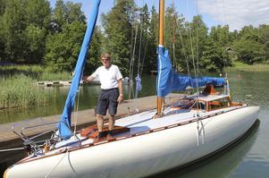 Stolt ägare. Lennart Hägre visar upp sin 50 år gamla segelbåt som blev k-märkt i år.