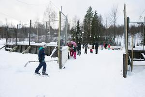 Isbanan fylldes med jullovsfirare under återinvigningen.