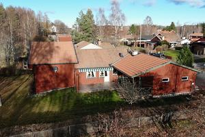 Stor villa i vackra Sundborn. Skola och sportfält i anslutning till fastigheten. Stort dubbelgarage, kalkat badrum i anslutning till bastu. Foto: slagga.se