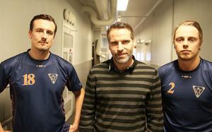 Bilden av elitseriens tätaste backlinje under flera säsonger – Anders Spinnars, Andreas Westh och Jens Wiik. Nu har nummer 18 Spinnars lagt bandyrören på hyllan får att ta hand om rören på Beijer.