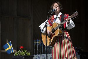 På nationaldagen framträdde Heidi Baier inför kungaparet och en jättepublik på Gammelgården i Ludvika. Nu får hon kommunens Arbetsstipendium på 25 000 kronor.