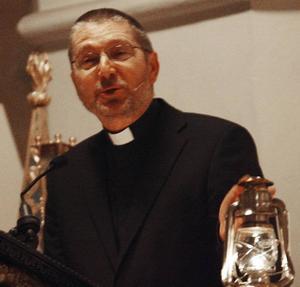 Kyrkoherde Thomas Erixon talade om vikten av ljus i mörkret.