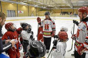 Elitbesök. SHL-spelarna Robin Gartner och Anders Eriksson var på plats i Carlssonhallen. Noras U10:or fick träffa och spela med dem, och det var kul tycker de.