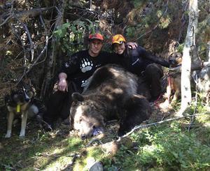 Robert Salomonsson syns här vid den rekordbjörn han fällt.