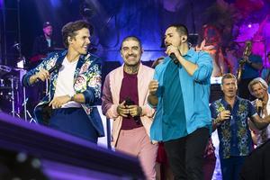 I första aktens final bjuder  David Lindgren, Mendez och resten av gänget på salsa, med bland annat låten Carneval.