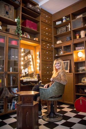 Inredningen består av ommålade Billy-bokhyllor, teaterdekor och loppisfynd. Frisörstolen köpte Catharina av en kvinna i Gävle som haft den i sin salong som hon drev hemma i sin villa.