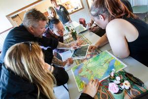 Ett tiotal människor hade kommit till Bergvik för att planera nattens sök.