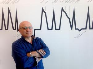 Issa Touma har varit Gävles fristadskonstnär i två år. Tidslinjen visar hans febrila aktivitet. Pressbild: Elin Lord.