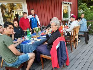 Samling med god mat på familjen Forsgrens altan.