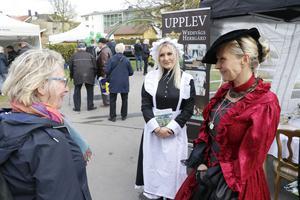 Sanni Schalander och Josefine Karlsson tar med gästerna tillbaka ett par hundra år i tiden till Wedevågs herrgård.