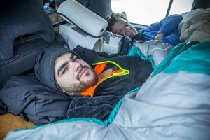 Michael och Viktor inbäddade i sin gamla Volvo som rullat 50 000 mil.
