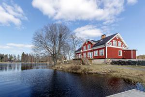 Tidigare ägare av Nyfors handel, som ligger i Malingsbo-Klotens naturreservat, har bedrivit naturturism. Tomt om 4 831 kvm, bostadsbyggnad, garagebyggnad, bastu och brygga i sjön Långvattnet. Foto: Alexander von Sydow