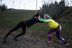 Sofia demonstrerar hur övningen Pressa iväg kompisen går till, med Sara.