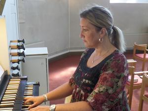 Kantor Erika Sjödin dirigerade motettkören på nationaldagen