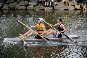 Robert Berglund, längst fram, och Simon Olofsson från Natur paddlar i sin hembyggda pontonkajak.