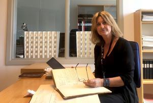 Tidningens reporter Katarina Vikström går igenom journaler från sinnesslöanstalten i Sollefteå och från Bodaborg i Torpshammar.