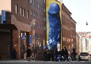 I april 2018 målade Carolina Falkholt en blå jättepenis på Kronobergsgatan på Kungsholmen i Stockholm. I knappt en vecka fick konstverket sitta kvar, innan de målades över och penisen täcktes med en stor blå ruta. Foto: Pontus Lundahl/TT