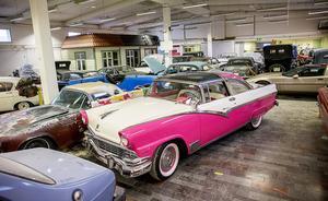 En vacker Ford Crown Victoria -56 med glastak står uppställd i en av de nya hallarna.