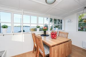 Utsikten från frukostbordet är skön oavsett om man sitter på soldäcket eller vid matbordet inomhus. Bild: Länsförsäkringar fastighetsförmedling