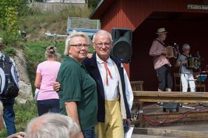 Ordföranden Britt-Marie Ellis Nygren ville bli fotograferad tillsammans med Åke Andersson.