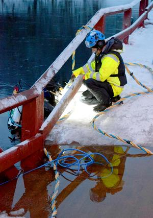 Dykaren Hjalmar Odenstig är upp till ytan och  Jonas Bosell för att hämta verktyg och utrustning för att kontrollera bottenventilerna.