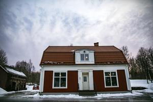 Mittemot Eva Hallqvist och Mathias Eneberg ligger gamla lanthandeln. Där finns