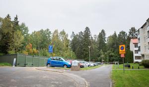 Den här parkeringen vid slutet av Fjärilstigen föreslås ersättas med ett nytt parkeringshus som ska tillgodose både nya hyresgäster samt ersätta en del av de befintliga parkeringsplatser som försvinner om man bygger på dem.