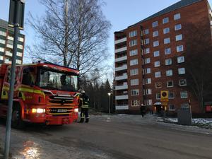 Räddningstjänsten är på plats vid Ringvägen i Fagersta där delar av ett höghustak blåst av.