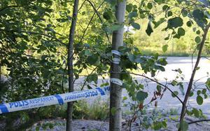 Polisens avspärrningsband sträckte sig över ett stort område.