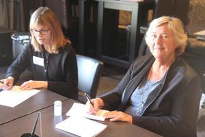 Sirpa Slotte och Christina Selander Ekström tar emot röster i förtidsröstningslokalen i Folkets Hus.