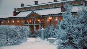 1920 är täckt i ett rikligt lager konstsnö medan 2020 bjuder på en modern, snölös jul.