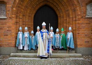 Biskop Mikael Mogren tillsammans med de åtta barnbiskoparna. Foto: Åke Paulsson