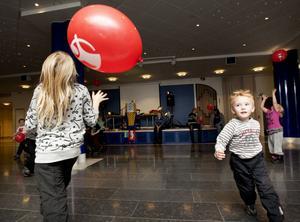 Stora festsalen gav barnen utrymme för att göra sig av med en hel del spring i benen.
