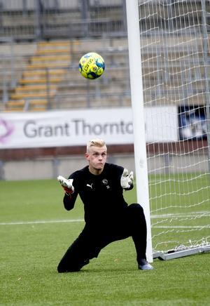 Simon Gustafsson är överårig och får inte spela i P19-allsvenskan den kommande säsongen men ÖSK vill behålla den pojklandslagsmeriterade målvakten och letar därför en klubb dit han kan lånas ut.
