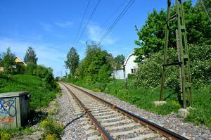 Järnvägsrälsen genom Kvissleby ska byggas ut till ett dubbelspår. Det betyder bland annat att hus på båda sidor rälsen, här på Gamla vägen och Rälsvägen, måste bort.