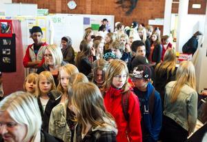 Elever, bekanta, arbetsgivare och föräldrar besökte Branschmässan för praoelever under tisdagen.