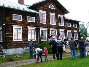 Historievandringen avslutades med kaffe och stut på Sögår'n. På trappan skymtar Jöns-Erik Jönsson som här fick chansen att besöka sin mors föräldrahem.
