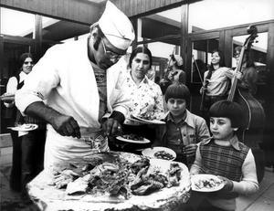 September 1976. Efter sammandrabbningarna mellan svenskar och syrianska flyktingar på Vallby ordnades en rad aktiviteter för att överbrygga motsättningarna. Här bjuds det på mat.