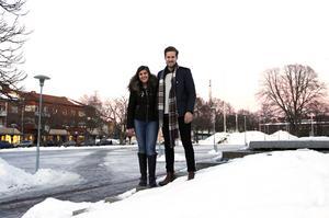 Sandra Albeer och Gustaf Wikström arrangerar ljusmanifestation och loppis till förmån för Barncancerfonden Mellansverige på torget i Sandviken på söndag.