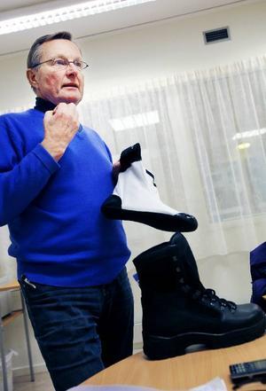 En känga för olika klimattyper blev den vinnande modell försvaret valde. Östersundsföretaget Moxter har utvecklat den tillsammans med tyska tillverkaren Meindl. Claes Segersten visar den vattentäta socka som sitter i kängan.