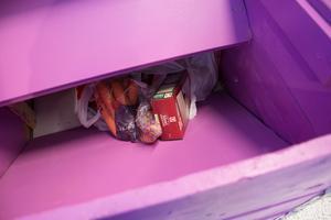 I den lila lådan kan kunder lägga i torrvaror och hygienartiklar som går till bland andra barnfamiljer och pensionärer som har det tufft ekonomiskt.