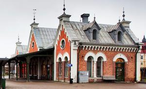 Man tror inte sina ögon när man kommer in och ser att Hudiksvalls station är stängd och låst! Inte en väntsal så långt ögat når! Jag undrar hur resenärerna får det när det blåser utifrån fjärden och det blir 20 grader kallt.