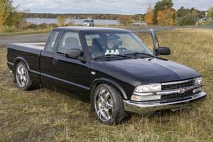 """Felix Karlsson har byggt om en Chevrolet S10 från 1993. Han har bland annat bytt lyktor, bromsskivor, monterat sänkningskitt och lackerat om bilen. """"En mopedbil är dyrare och du kan inte förändra den så mycket. Den är färdig. En del av grejen med A-traktor är att kunna fixa till den som man själv vill ha den"""", säger han."""