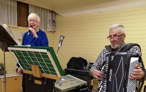 Karin och Bure spelade och sjöng på SKPF-pensionärernas möte. Foto: Britt Wikman