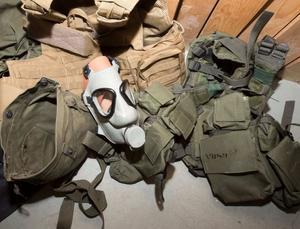 En gasmask och mycket annan utrustning hittades i ett av mannens förråd i Strömsund. Foto: Polisen